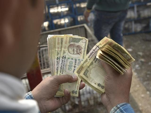 Black marketers have been illegally exchanging money after Prime Minister Narendra Modi announced the scrapping of Rs 1000 and 500 notes on November 9, 2016.(Parwaz Khan/ HT Photo)