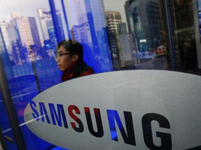 Battling with multiple issues like the discontinuation of Galaxy Note 7, recall of 2.8 million exploding washing machines and corruption scandal, South Korean giant Samsung has reportedly filed a patent with the Korean Intellectual Property Office for a smartphone that can be folded in half and is expected to arrive next year.