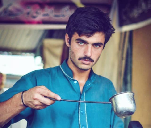 This handsome tea seller found himself being called the internet's hottest #ChaiWalla after this image of him went viral.(Aley Bhaidani / Good Morning Pakistan)
