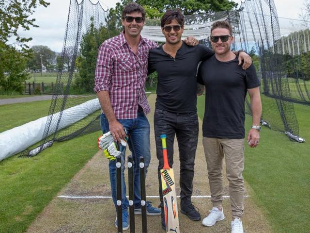 The actor, who is unwinding in New Zealand, meets cricketers Stephan Fleming and Brendon McCullum and also plays a game of cricket with them.