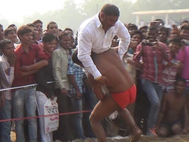 Wrestler Rajkumar Paswan grab hold of MLAArun Yadav before slamming him on the ground.