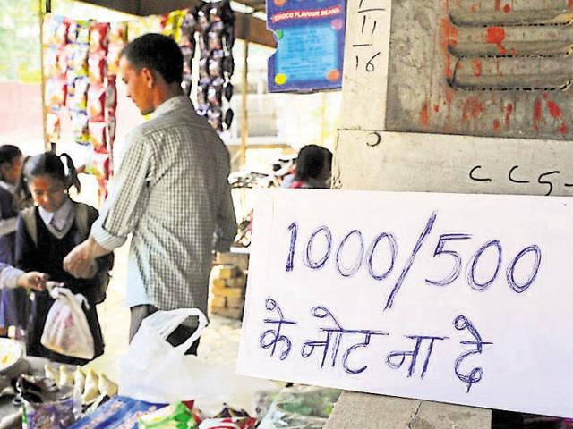A roadside tea vendor displays a notice to discourage customers from giving Rs 500 and Rs 1,000 notes as payment.