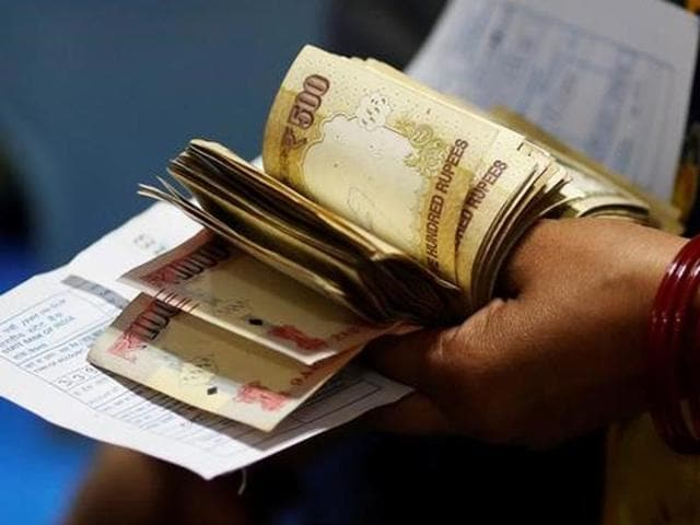 A woman waits at the bank to deposit 500 and 1000 rupee notes after the government demonetised them on November 9, 2016.(Reuters)