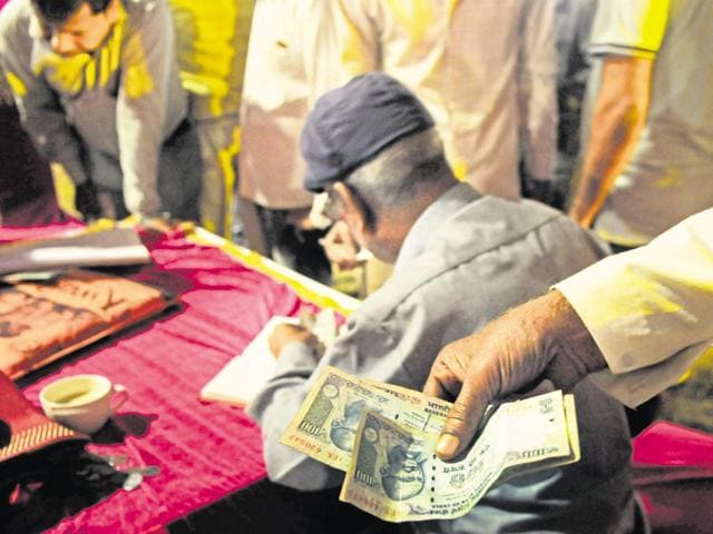 After the ban on Rs 500 and Rs 1,000 notes, hosts are finding it difficult to pay the guests 'shagun' or a token sum, considered auspicious.