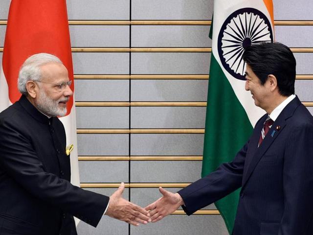 Prime Minister Narendra Modi with Japanese Prime Minister Shinzo Abe during his ceremonial welcome in Tokyo on Friday.(PTI Photo)