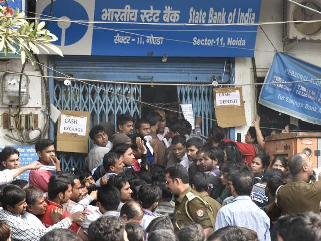 Banks struggled to contain serpentine queues since early morning as increasingly impatient people were told to go back as several ATMs closed down in a few hours.(Ravi Choudhary/HT Photo)