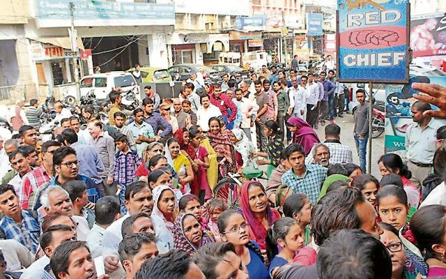 Customers said that a majority of the ATMs were either not dispensing cash, or were not operational since morning. Ghaziabad has around 500 ATMs, according to official estimates.