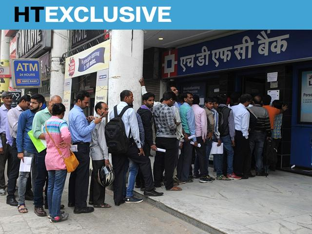 Long queues in front of an HDFC Bank branch in New Delhi.(HT Photo)