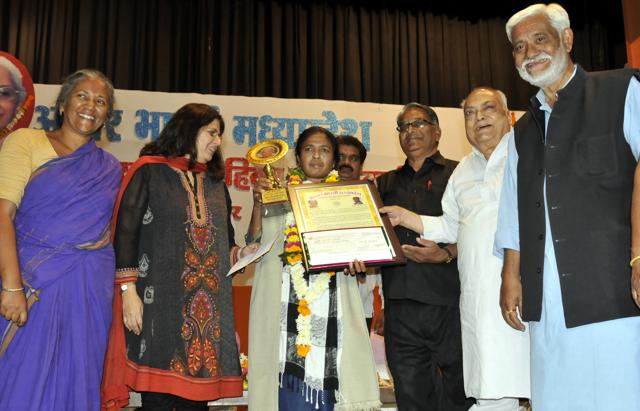 Indore, India - Nov. 12, 2016: Dalit activist Soni Sori being presented Kunti Mathur award for her contribution to social work at a programme organised at Anand Mohan Mathur Sabhagreh in Indore, India, on Saturday, November 12, 2016. (Photo by Arun Mondhe / HT/ PHOTO) (With Nida story) (With Nida story)