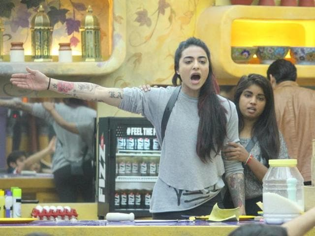 On seeing Lopa support Manu, Manveer and Monalisa during the nominations process, Bani taunts Lopa saying that you supported the wrong team and you don't know what you are doing.