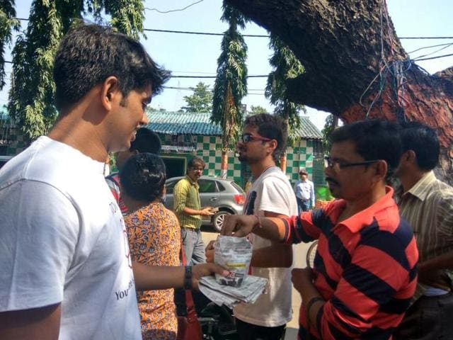 Volunteers of youth groups were seen distributing chocolates, tea and water to the people on Sunday. Some even lent a helping hand at filling up forms for withdrawal and exchange of money.