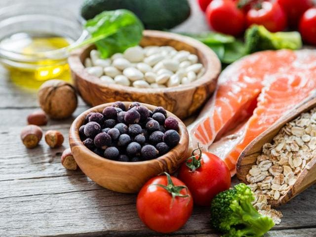 A diabetic should have a diet that is low in carbohydrates and calories, moderate in healthy fats and naturally rich in nutrients with key food elements being whole grains, vegetables and foods with low GI.