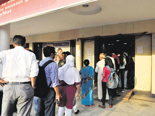 People lined up at ICICI bank in Bhopal on Monday to exchange old notes.