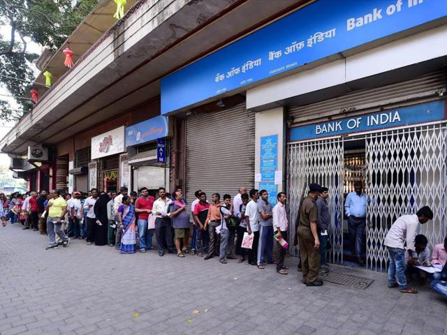 People queue up to exchange Rs 1000 and 500 currency notes outside a bank in Mumbai.(PTI Photo)