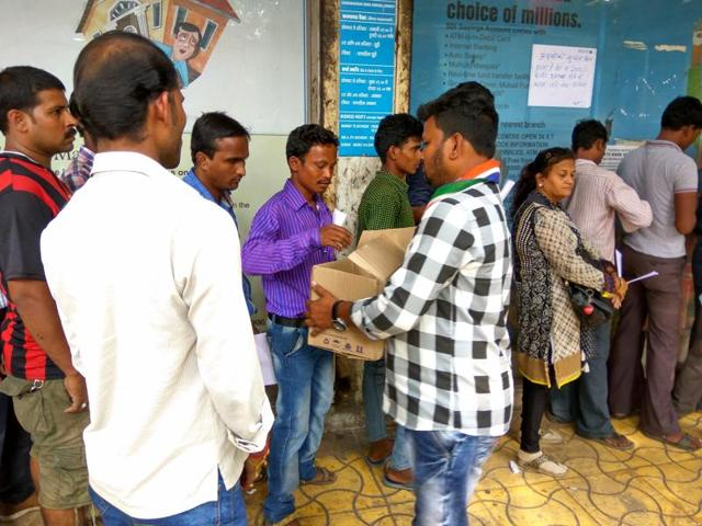 To ease the woes of people standing in queues outside banks, some social workers distributed water bottles and offered tea.