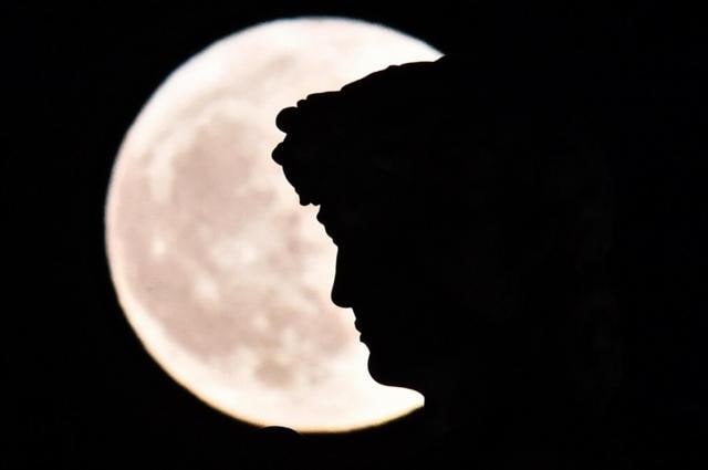 In Pics Skygazers Around The World Struck By The Extra Bright Supermoon Hindustan Times