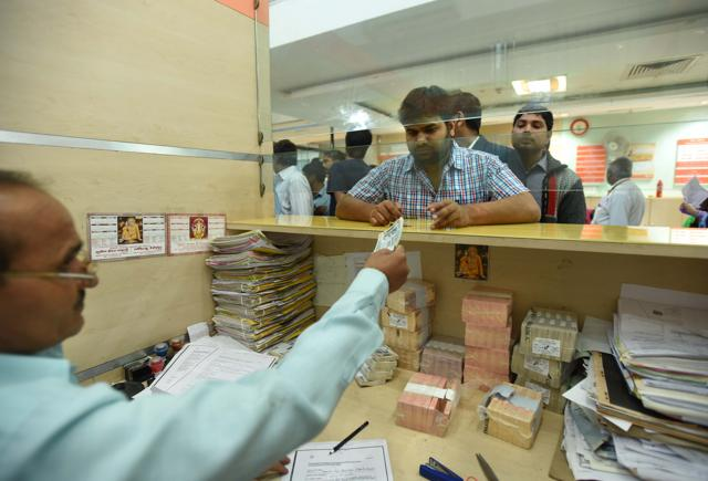 Bank officials exchange Rs 500 and Rs 1000 notes at Bank of Baroda, Lucknow.(Arun Sharma/HT PHOTO)