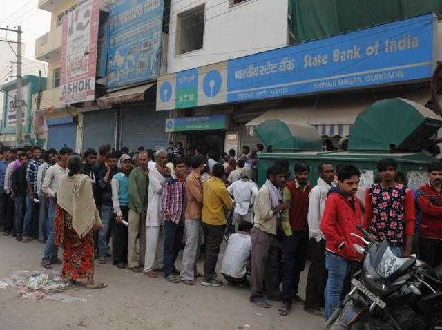 A long queue outside a State Bank of India branch in Gurgaon.(Parveen Kumar/HT photo)