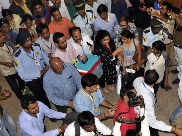 Doctors transport the liver from Bombay Hospital in Indore to Mumbai on Tuesday.