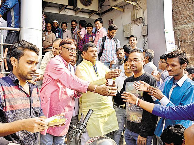 Bank customers who had been waiting outside banks for long hours to exchange notes appreciated the help.