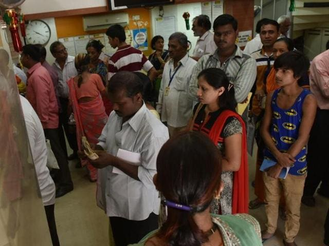 People amke a beeline at a bank in Bhayander (East) on Thursday.