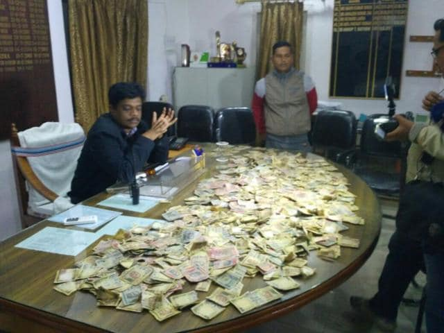 Jamshedpur police have said the value of the recovered money could be anywhere between Rs 25 and Rs 30 lakh.(HT Photo)