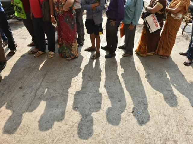 People line up outside a bank in Bhayander East in Mumbai on Thursday. People across India are flocking banks and ATMs after the government scrapped Rs 1000 and Rs 500 notes.(Praful Gangurde/ HT photo)