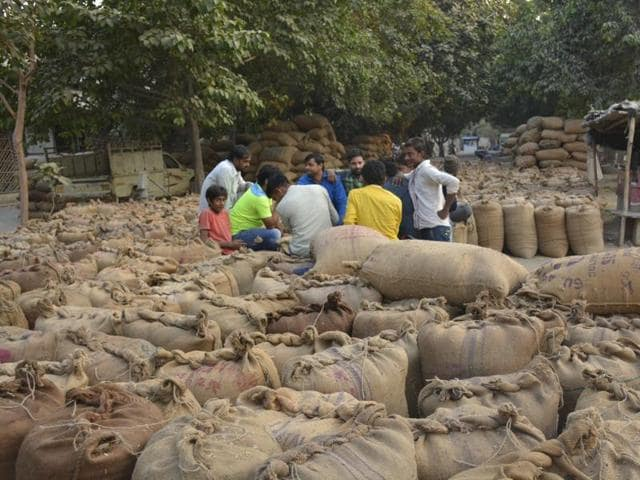 Officials said the market is receiving around 25 truckloads of products as opposed to the 60 truckloads before demonetisation move.(Sakib Ali/HT Photo)