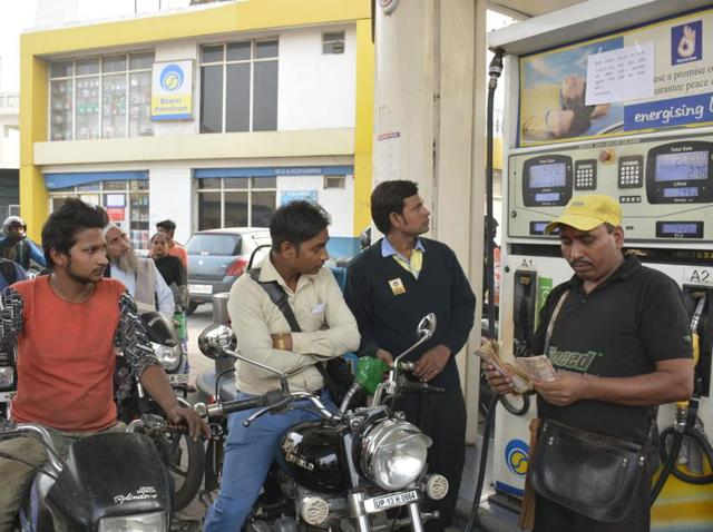 Heavy rush at a petrol pump  in Ghaziabad after the Centre's decision to demonetise Rs 500 and Rs 1000 banknotes.  Petrol pumps will accept the old notes till November 24.