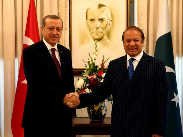 Turkish President Recep Tayyip Erdogan (R) called on the two countries to resolve the Kashmir issue through dialogue.