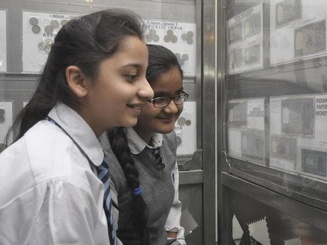 School girls observing a Rs 1,000 note that was banned in 1978 by the then government during philatelic exhibition 'JALPEX 2016' at Virsa Vihar in Jalandhar on Thursday.