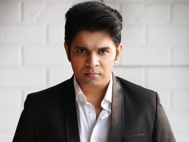 Bollywood singer Ankit Tiwari says he supports the demonetisation despite facing inconveniences.