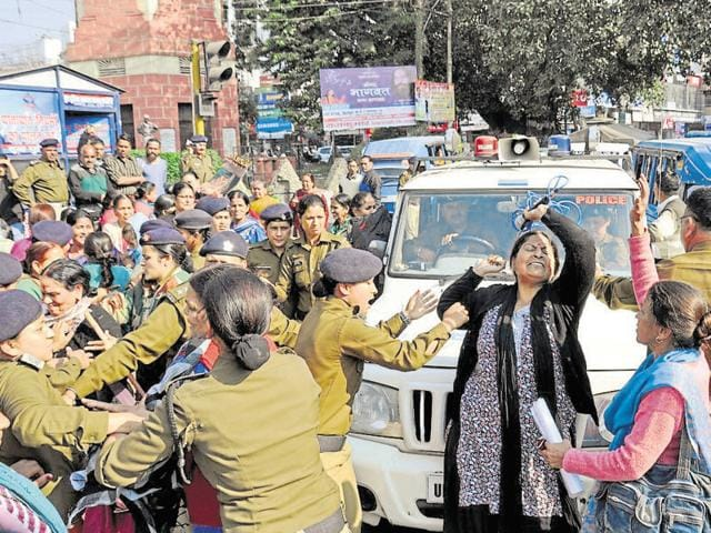 Members of Mahila Manch stage a demonstration demanding Gairsain as Uttarakhand's permanent capital.(Vinay Santosh Kumar/HT Photo)
