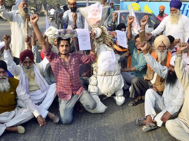 Agitated members of Kisan Sangharsh Committee protesting against PM Modi's demonetisation announcement in Chabha village near Amritsar on Friday.