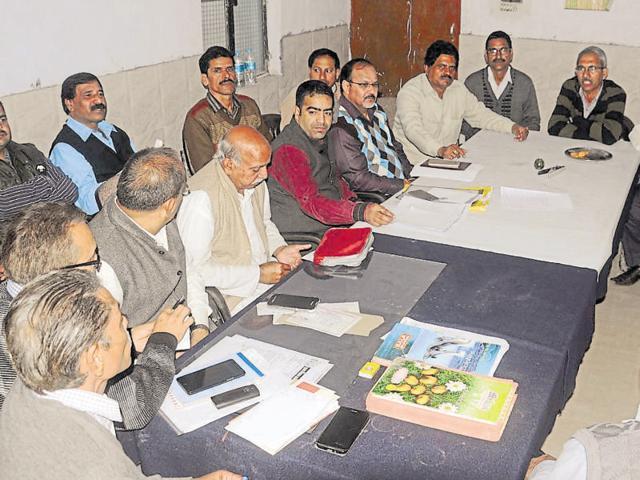 After unsuccessful talks with government officials, the Adhikari Karmachari Shishak Sangharsh Morcha plans to hold a major 'Chetna Garjana Rally' on November 21 to press for their demand.  Vinay Santosh Kumar/HT