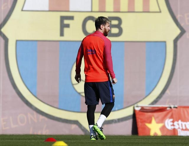 Lionel Messi showed symptoms of lightheadedness and vomiting ahead of the match against Malaga, FCBarcelona said in a statement.