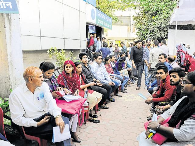 Barwani,man deposits Rs 2 lakh in Rs 100 notes,Manoj Patil