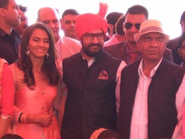 Aamir Khan poses with the Phogat family on Geeta's wedding day.