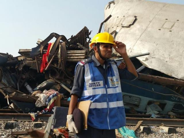 Fourteen coaches of the Patna-Indore Express derailed near Kanpur early on Sunday.(HT Photo)