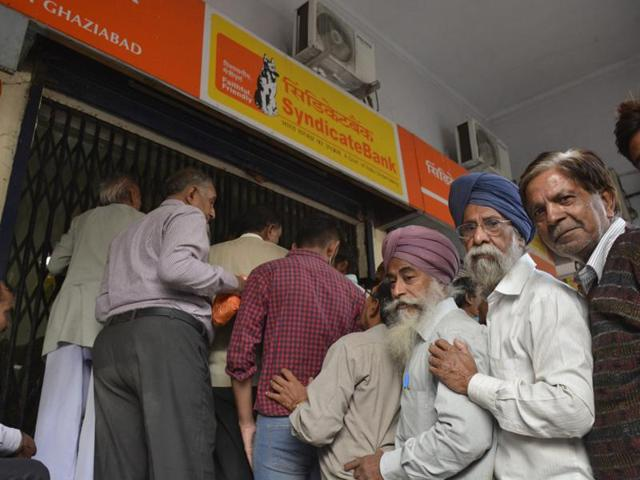 The Indian Banks' Association had said on Friday that banks would serve only account holders on Saturday. However, senior citizens were exempt from this rule.