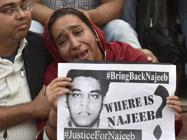 Najeeb's mother at JNU campus in New Delhi on Nov 3. Najeeb has been missing since October 15.(Sanjeev Verma/HT File Photo)