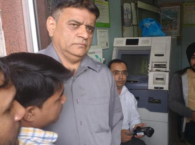 On Saturday, HT had reported on the situation by which bank officials sat inside the kiosk for the whole day and dispensed around ₹5 lakh to customers.(HT Photo)