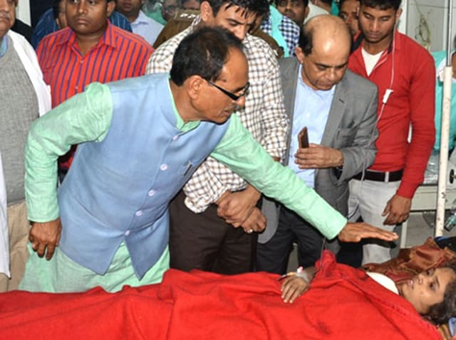 Chief minister Shivraj Singh Chouhan enquiring about health of injured passengers of rail accident in Kanpur.