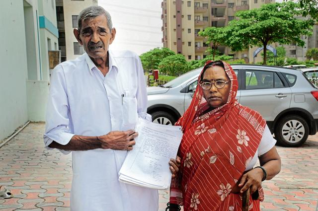 Chander Kanta (right) and her husband Rohtar Singh outside the hospital with their documents.
