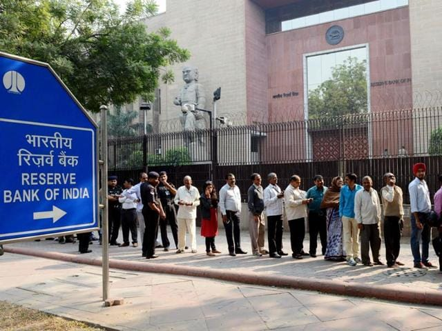 People queue up outside the RBI to deposit and exchange 500 and 1000 currency notes in New Delhi on November 10.