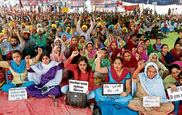 Members of the Theka Mulazim Sangharsh Morcha blocking the Bathinda-Chandigarh road in Rampura Phul on Tuesday.