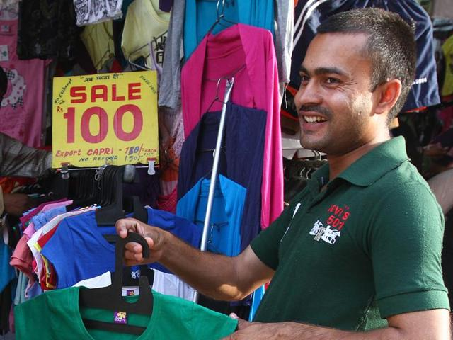 To woo customers in the time of demonetisation, shop keepers in flea markets have come up with offers.