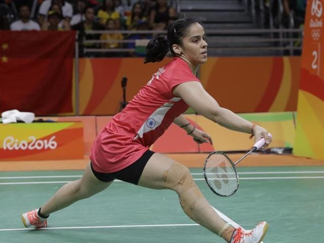 Saina Nehwal held her nerve as she bounced back to beat Porntip Buranaprasertsuk in a tough three-game match at the Hong Kong Open badminton championship.