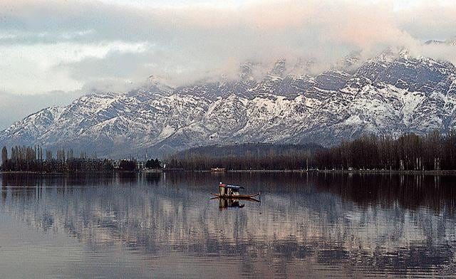The Dal lake in Srinagar, Kashmir:A spectacular scene that few novels written in Kashmiri mention; perhaps because too few novels exist in the language