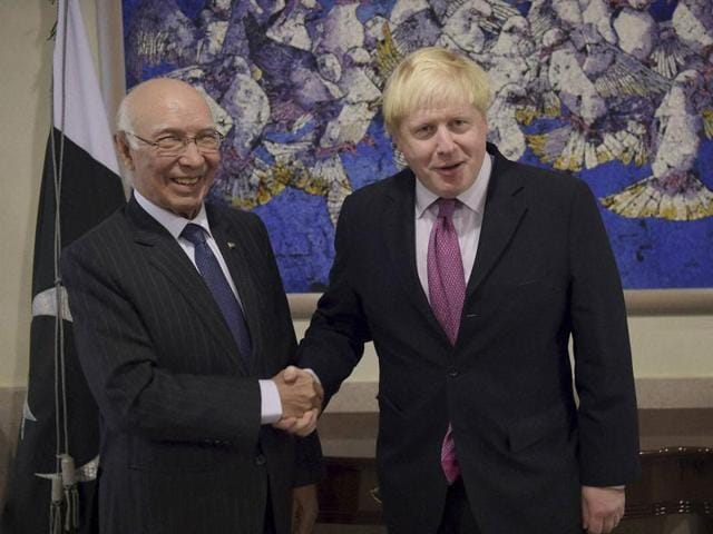 British foreign secretary Boris Johnson (left) addresses a news conference with Pakistan's foreign policy chief Sartaj Aziz in Islamabad on November 24, 2016. Johnson expressed concern over the Kashmir escalation and asked the two South Asian countries